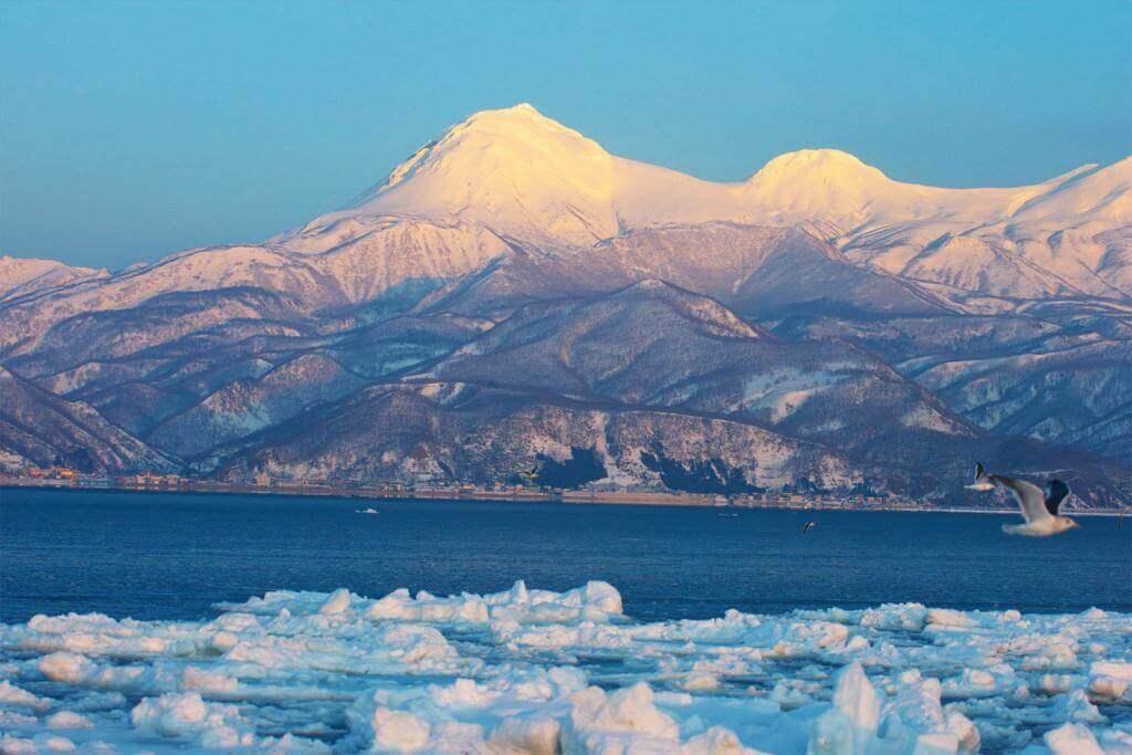 Rausu-dake and drift ice, Hokkaido = Shutterstock
