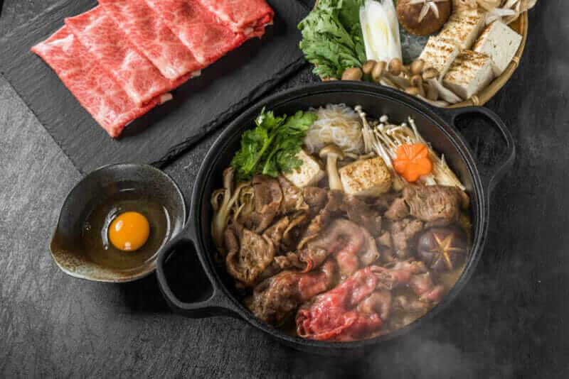 सुकियाकी (प्रसिद्ध जपानी बीफ = शटरस्टॉकचे भांडे खाद्य