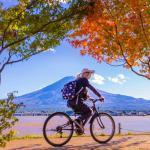 Велоспорт вокруг озера Кавагутико с горой Фудзи на заднем плане = Shutterstock