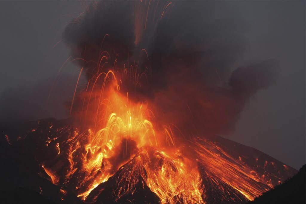 Dung nham nóng chảy phun trào từ Sakurajima Kagoshima Nhật Bản = Shutterstock