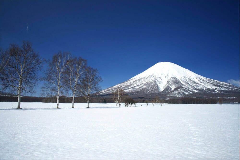 """Гора Йотей, так называемая """"Фудзи Хоккайдо"""", от горнолыжного курорта Нисеко, Хоккайдо, Япония"""