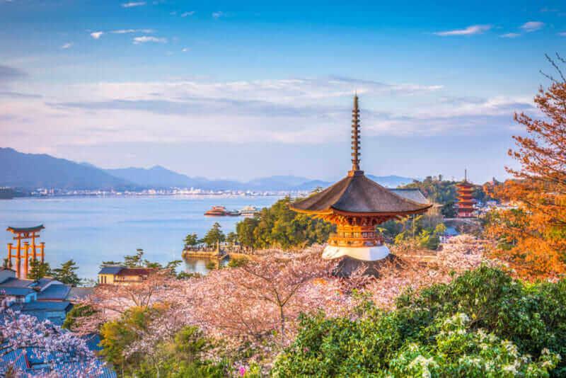 मियाजीमा, हिरोशिमा, जापान वसन्त परिदृश्य = शटरस्टक