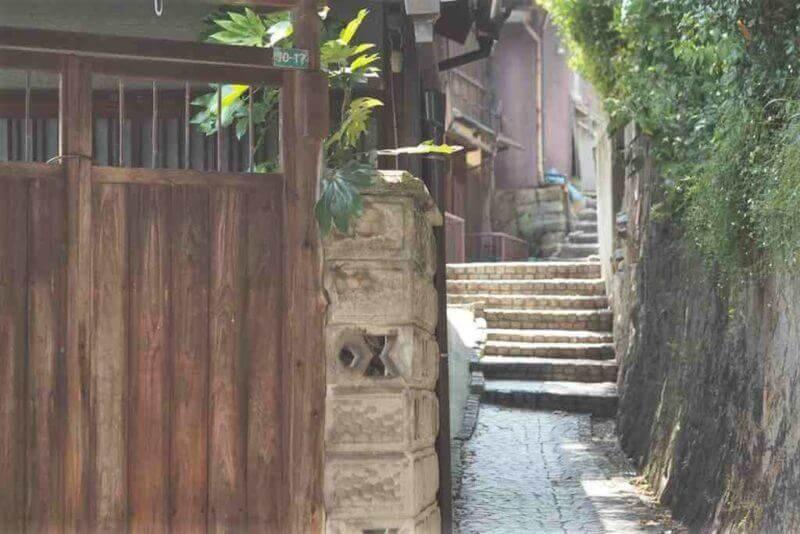 Small street in Onomichi = shutterstock