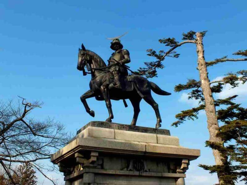 ओबामा माउंटवरील सेंडाई किल्लेवस्तू पार्क (किंवा आओबा वाडा) मधील मासामुने तारखेची (सेनगोकू युगातील टोहोकू प्रांताचा स्वामी) पुतळा = शटरस्टॉक
