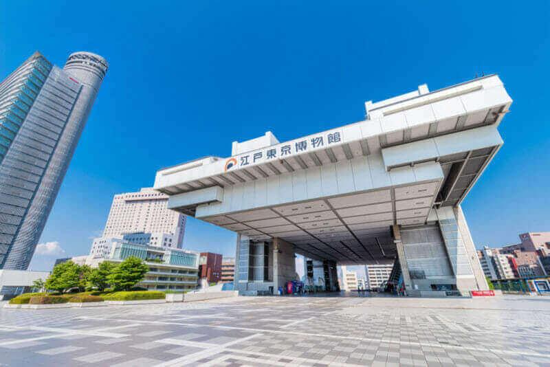 """Здание """"Эдо-Токийского музея"""". Он открылся как «музей, который передает историю и культуру Эдо и Токио». Здание имеет уникальную форму типа высокого этажа = shutterstock"""
