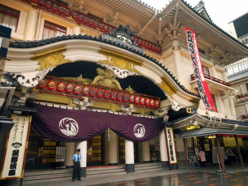 Театр Кабукиза в районе Гиндза в Токио в Японии. Это основной театр в Токио, где ставят традиционную драму о кабуки = shutterstock