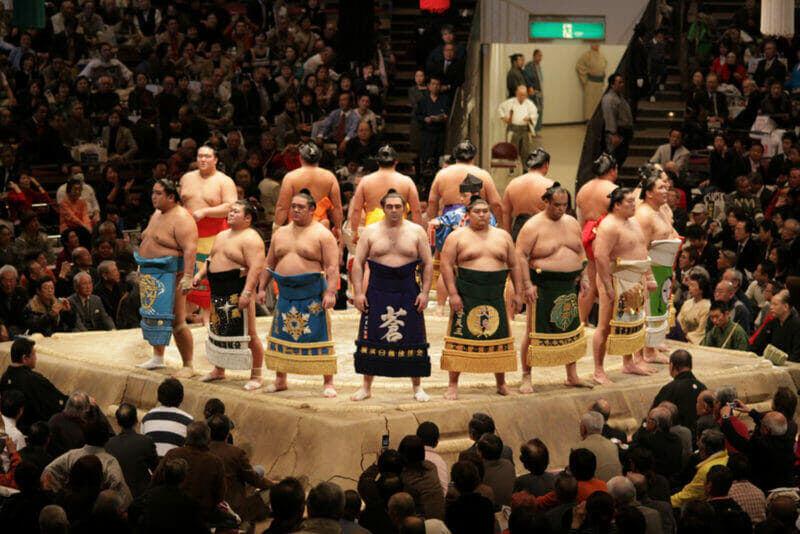 Борцы сумо высокого ранга выстраиваются в ряд на Токийском Гранд-турнире сумо = shutterstock