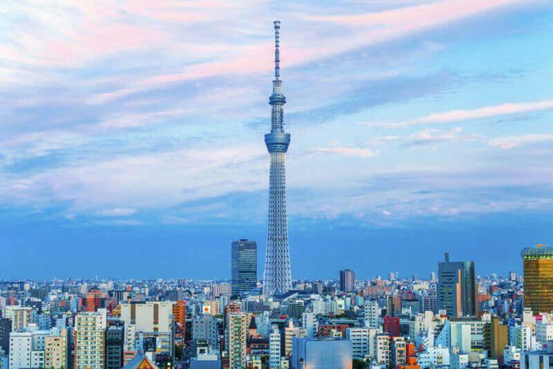 Токио Skytree, самая высокая отдельно стоящая конструкция в Японии, вид на горизонт Токио = shutterstock
