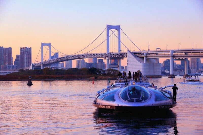 Люди катаются на круизном корабле Hotaluna в Токио, Япония. Токио является столицей Японии. 37.8 миллионов человек живут в районе метро = shutterstock