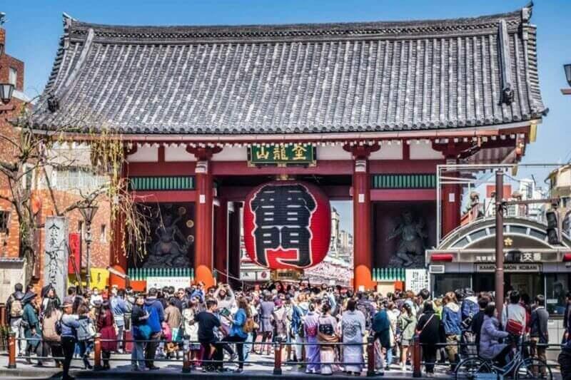 Ворота Kaminarimon перед храмом Sensoji, который полон туристов в Асакуса, Токио, Япония = shutterstock