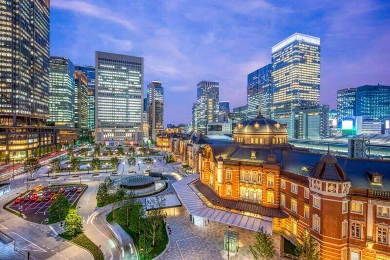 токийский вокзал, железнодорожный вокзал в деловом районе Маруноути в Чиода, Токио, Япония = shutterstock