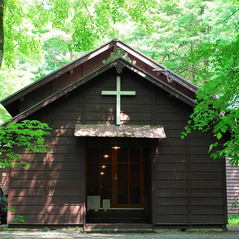 There are many old churches in Karuizawa. The photo shows the Karuizawa Show Memorial Chapel built in 1895 in Kyu-Karuizawa = Shutterstock