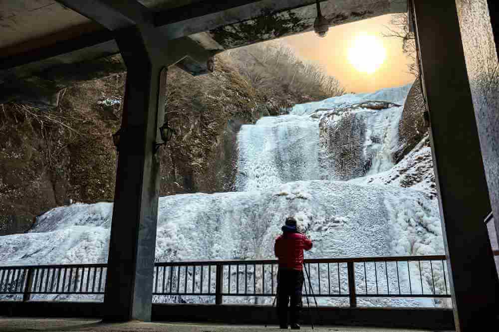 Fukunoda-no-Taki (Fukuda Waterfall) frozen in winter = AdobeStock